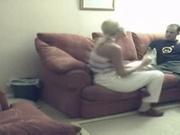 Одинокая блондинка пригласила к себе озабоченного мужика и бесплатно отсосала член, а также трахнулась в киску на диване