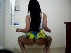 Фигуристая латинка развратно онлайн танцует перед вебкамерой, её движения наполнены резки и грациозны