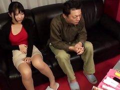 Азиатской паре после порно по интернету захотелось шалить и чувак полизав киску поимел симпатичную подругу