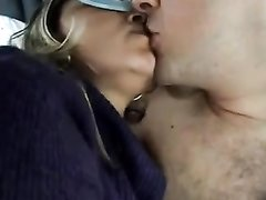 Любительское видео минета в салоне автомобиля, попутчица одев маску на глаза мастурбирует член и делает минет на камеру