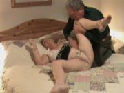 Зрелый мужик пытается разогреть неповоротливую жену для домашнего секса, он тратит много сил и похоже впустую