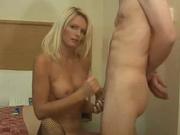 Любительское видео с немецкой блондинкой в чулках, она дрочит супругу и размазывает по сиськами его спрерму