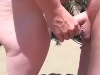 Работает рукой секс