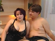 Упитанная зрелая домохозяйка ротиком и большими сисями удовлетворяет молодого любовника, но он хочет трахнуть её киску