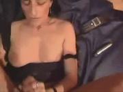 Зрелая итальянка восхищена огромным членом, но вместо обычного секса дрочит его, чтобы любовник залил её спермой