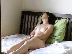 Одинокая парижанка возбуждена и жажда секса толкает её на самоудовлетворение, сняв шортики она мастурбирует