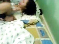 Молодая брюнетка в ходе домашнего минета тренирует глубокую глотку, а её парень рад помочь и активно трахает в рот