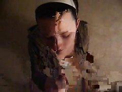 Датская студентка мастурбирует пенис на камеру, снимается любительское видео, в котором её лицо польют спермой