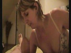 Любительское виде с реальным французским минетом, зрелая парижанка делает всё умело, пенис блести от её язычка