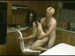 Ретро порно или же домашний хадкор, супружеская пара вступила в интимную близость на кухне