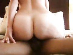 Негр ласкает язычком киску белой любовнице, он всегда начинает домашний секс с куни, так как нежность их сближает
