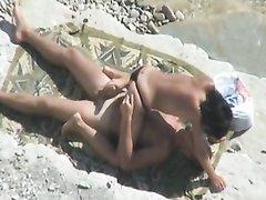На пляже установили высоко скрытую камеру, которая снимает на видео любительский интим влюблённой пары