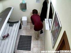 Скрытую камеру вмонтировали аж в самый солярий, чтобы подглядывать за голыми клиентками, кому-то нравится смотреть