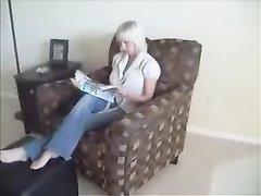 Блондинка оголив красивые сиськи дрочит длинный член для секса, чтобы попрыгать на нём, не снимая трусиков
