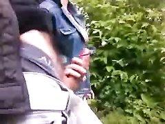 Пикапер подцепил незнакомку в общественном парке, но та вместо секса лишь мастурбирует его твёрдый член