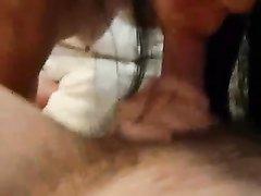 Проститутка дома у клиента жадно сосёт член бесплатно и в благодарность получает полный рот спермы