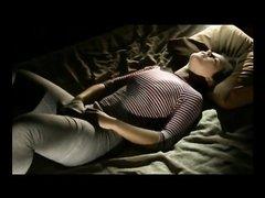 Перевозбуждённая секс пышка мастурбирует в постели, не снимая одежду, она сунула руку в трусы и счастлива
