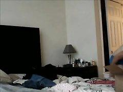 Скромная домохозяйка не знала, что в спальне стоит скрытая камера и голой натирала себя кремом