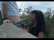 Пикапер на скрытую камеру для любительского видео трахает в рот русскую брюнетку, он специально привёл её на это место
