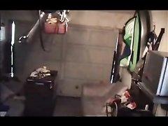 В гараже, оборудованном диванами пара уединилась для любительского секса, рыжая дама хорошо работает ртом