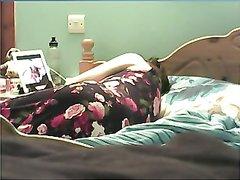 Возбуждение пришло к зрелой леди в постели, где она по интернету наблюдала порно и она начала дрочить намокшую дырку