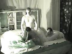 Скрытая камера не ожидала снять видео свинга двух семейных пар, решившихся обменяться партнёрами