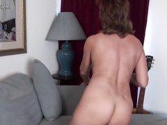 Зрелая американка в чулках настроена игриво, она онлайн раздевается по камере для знакомого и дрочит вибратором киску