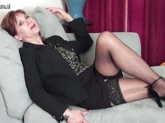 Женщина раздевается дома порно онлайн, я раздвинула ноги и принялась вылизывать полилась