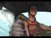 Женщина водитель успевает на ходу дрочить пенис пассажира, видео крупным планом показывает оргазм парня и его сперму