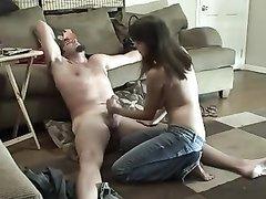 Домашняя распутница сосёт член любовнику на полу и раздевшись прыгает на пенис для активного секса