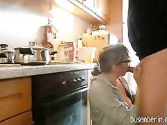 Очкастая жена с огромными сиськами без силикона, напросившись на секс на кухне пососала пенис и села на него