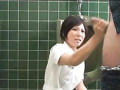 Медсестра азиатка в процедурной мастурбирует член пациента, чтобы он на время перестал желать секса
