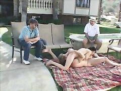 Супружеская пара во дворе частного дома показывает гостям каким должен быть домашний секс