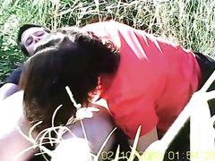 Толстяк на пикнике лезет в трусики к жирной подруге проверить намокла ли киска и предлагает секс в позе наездницы