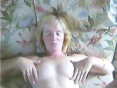 Зрелая шведка бойко дрочит женатому соседу и не удержавшись берёт в рот член для орального секса