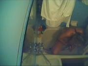 Жена не знает про скрытую камеру в ванной, её поставил муж, чтобы смотреть на её любительскую мастурбацию