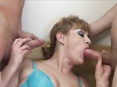 Четверо молодых романтиков пришли к зрелой русской с волосатой киской для группового секса и поимели её в три дырки