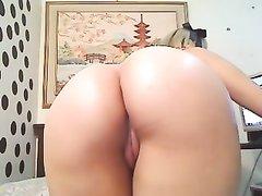 Женщина с красивой попой на переднем плане секс игрушками трахает оба отверстия, её округлые ягодицы прекрасны
