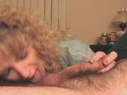 Кудрявая зрелая блондинка обожает оральный секс, поэтому нежно отсасывает и сиськами трётся об пенис