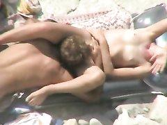 Мужчина на пляже делает куни незнакомке, вылизывая киску до блеска, а сверху скрытая камера записывает видео