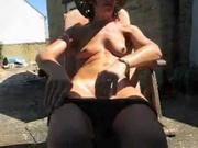 Сидя на солнечном месте для загара домохозяйка снимает трусики и дрочит клитор для любительского видео