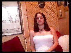 Молодая леди раздевшись дразнит по вебкамере онлайн поклонников большими сиськами и красивой киской, предлагая её лизать