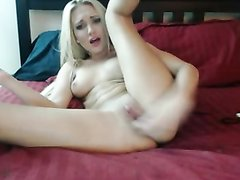 Парижская блондинка разделась и доводит себя до оргазма вибратором, после чего показывает сексуальные дырочки