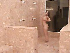 Домашний секс пары аристократов в огромной ванной комнате, знатная особа обожает сосать и сперму на завтрак