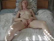 Домашнее видео с пожилой немкой, раздевшись она двумя руками трогает влажную щель