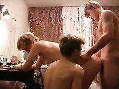 Русская жена попросила мужа о сексе втроём и он пригласил товарища с работы, чтобы в два члена поиметь эту нимфоманку