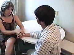 Молодой квартирант лижет киску у зрелой русской хозяйки, которая захотела секса и на обеденном столе накормила его щелью
