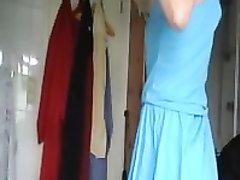 Муж пристаёт в ванной к жене, он хочет орального секса и стянув вниз трусики лижет клитор у стоящей супруги
