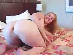 Зрелой датчанке накачали попку спермой, она стояла в коленно-локтевом положении для анального секса и тоже кончила