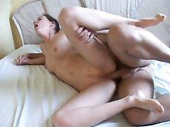 Наличие в домашнем сексе анала, куни и глубокой глотки помогает молодой паре поддерживать интерес к интиму